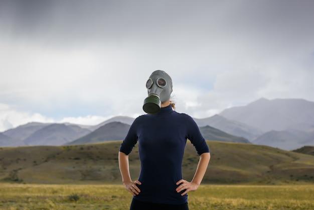 가스 마스크를 통해 호흡하는 여성, 건강은 위험, 오염, 종말에 있습니다.