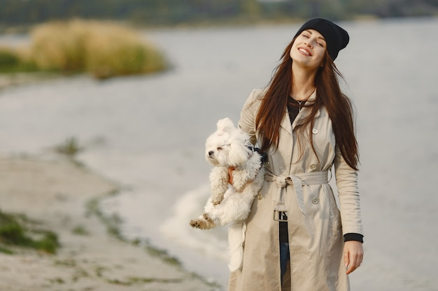 Donna in un cappotto marrone. dama con un labrador
