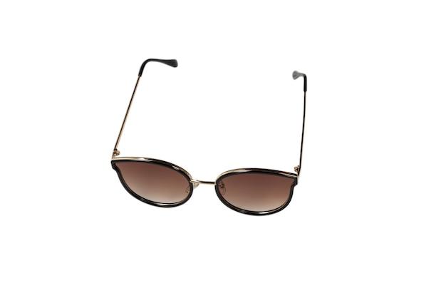 Женщина коричневые модные солнцезащитные очки, изолированные на белом фоне.