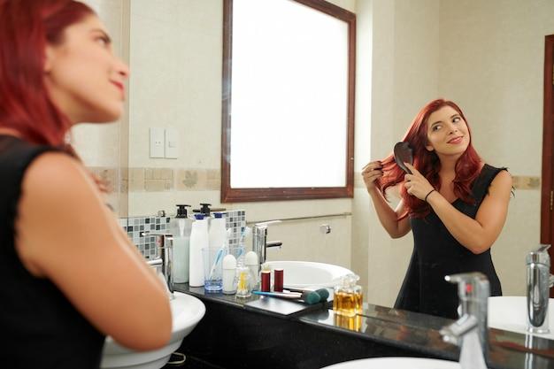 女性の髪をブラッシング