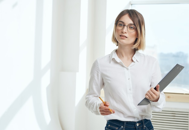 Женщина бизнес документы внутренние окна комнаты финансы.