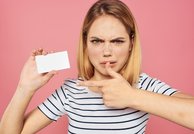 여자 비즈니스 모델 광고 종이의 흰색 카드 시트. 고품질 사진