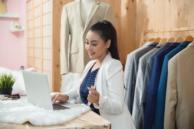 Женщина владелец бизнеса работает в ее ателье