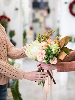 フラワーショップで牡丹とアジサイの花束を買う女性。小さな花のビジネスオーナー。女性のパワースタートアップの概念