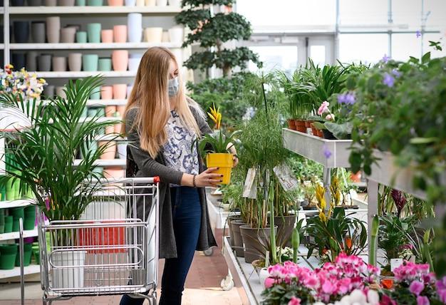 花を買う女性ショッピングカートガーデンセンター