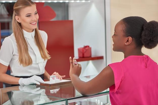 상점에서 보석을 사는 여자