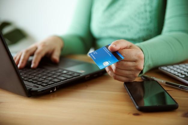 オンラインショップのeコマースの概念を購入する女性