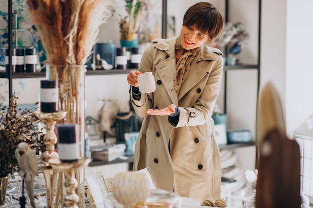 Женщина покупает вещи в магазине украшений