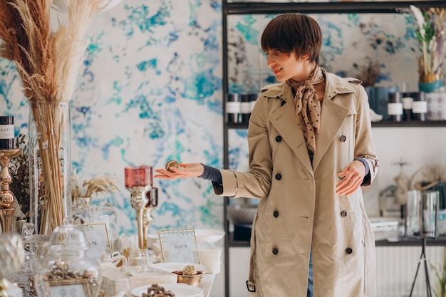 装飾店で物を買う女性