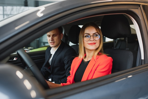 車を買う女性と売り手を売る女性