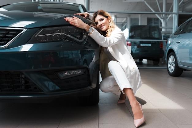 여자는 차를 구입