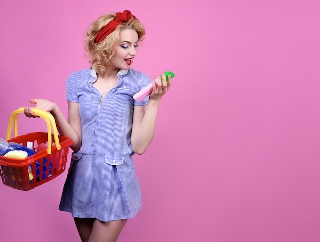 Женщина покупает чистящие средства для уборки в супермаркете, прикалывает девушку на шоппинге женщина с корзиной