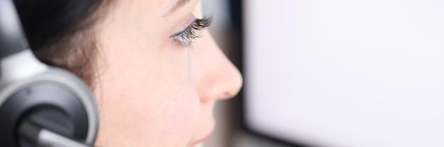 Оператор колл-центра женщина за монитором компьютера консультирует клиентов