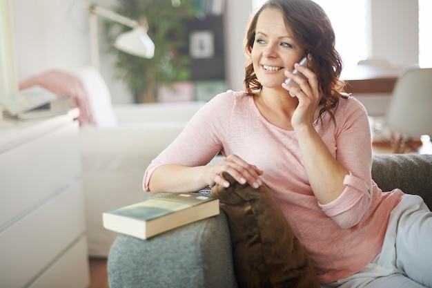 Donna che chiama al telefono a casa