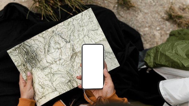 キャンプして地図の上面図を見ている女性
