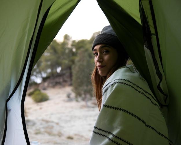 Donna in campeggio nel bosco