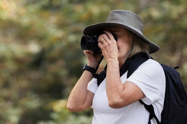 자연의 아름다움을 포착하는 여성 무료 사진