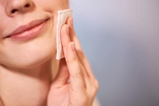 女性の顔の皮膚のケア