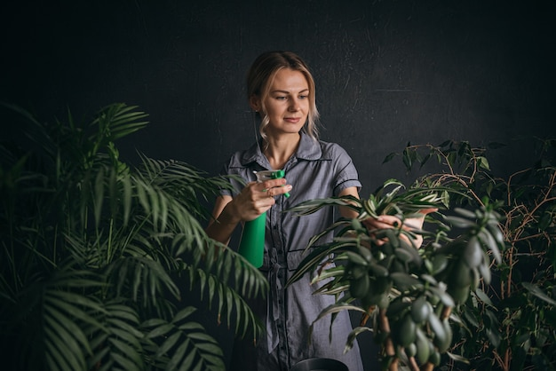 Женщина, ухаживающая за домашними растениями