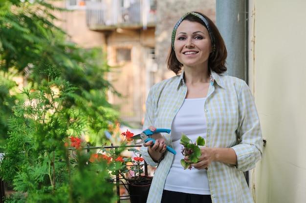 観葉植物の世話をする女性