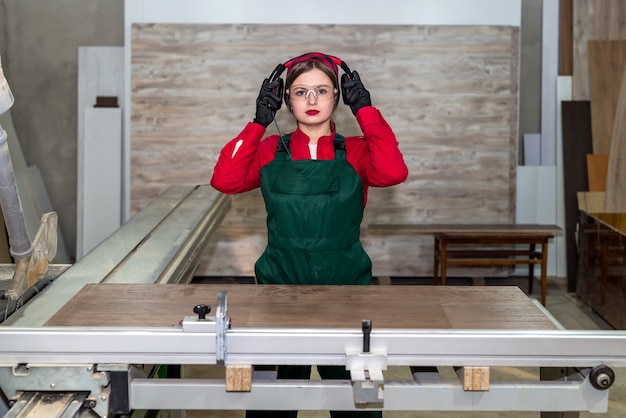 ワークショップでセキュリティヘッドフォンをドレスアップする女性大工