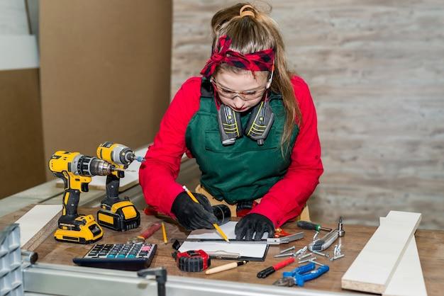 Плотник женщина делает рисунок будущей мебели