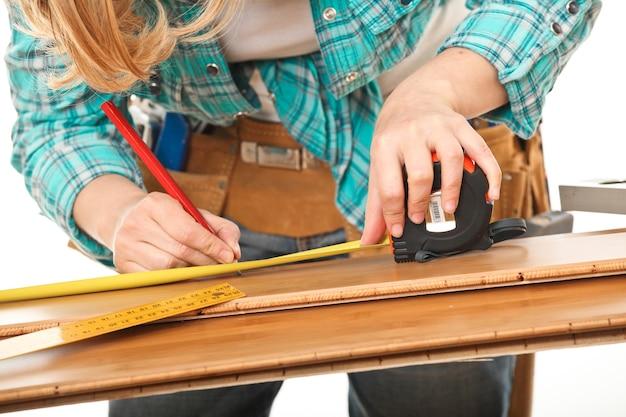 Плотник женщина измерения древесины