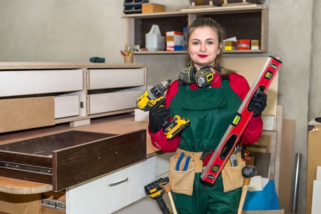 大工仕事でさまざまなツールを持つ女性大工