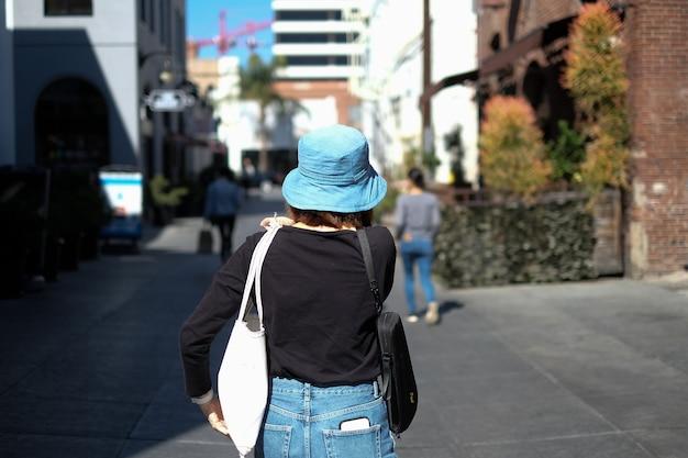 女性は、再利用可能なプラスチック製の無料バッグを携帯しています。環境に優しく、持続可能性の生活。緑の地球と環境を守るヒップスターでミニマルなライフスタイル。