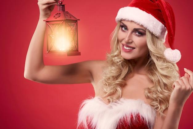 크리스마스 랜턴을 들고 여자