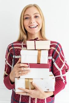 プレゼントの山を運ぶ女性