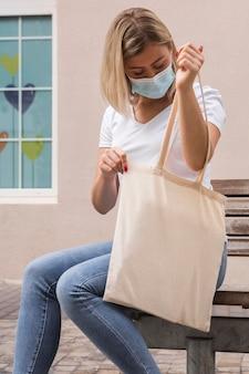 Donna che porta una borsa in tessuto