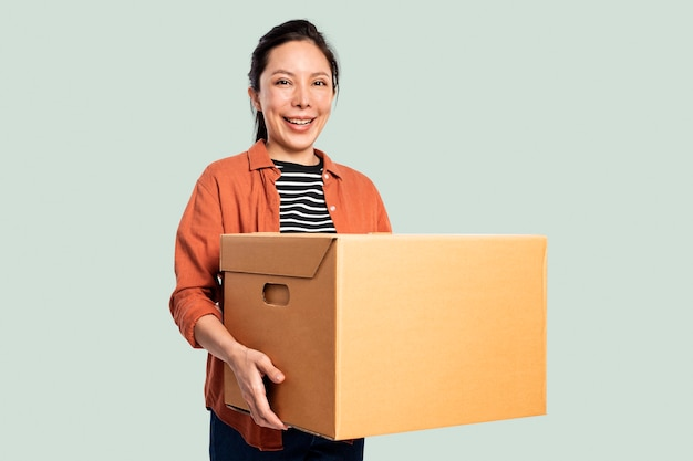Donna che trasporta una scatola per trasloco
