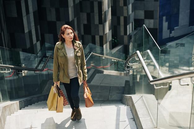 買い物袋を運ぶ女性