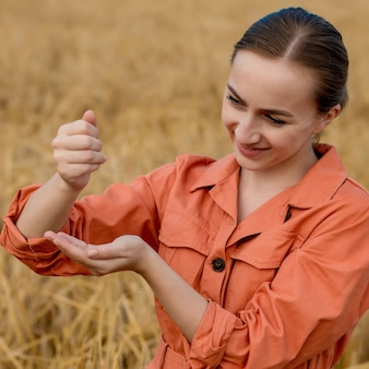 밀 분야에서 태블릿 컴퓨터를 사용하는 백인 여성 기술자 농업경제학자는 농업용 작물의 품질과 성장을 확인합니다. 농업 및 수확 개념입니다.