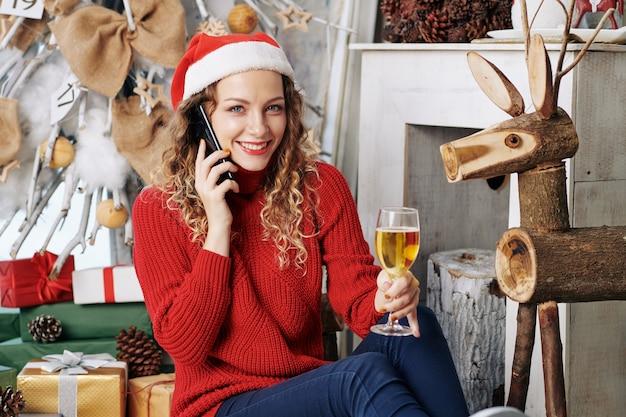 自宅でクリスマスを祝う女性