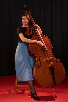 Donna che celebra l'evento del giorno del jazz