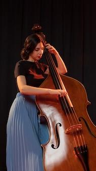 재즈 데이 이벤트를 축하하는 여자