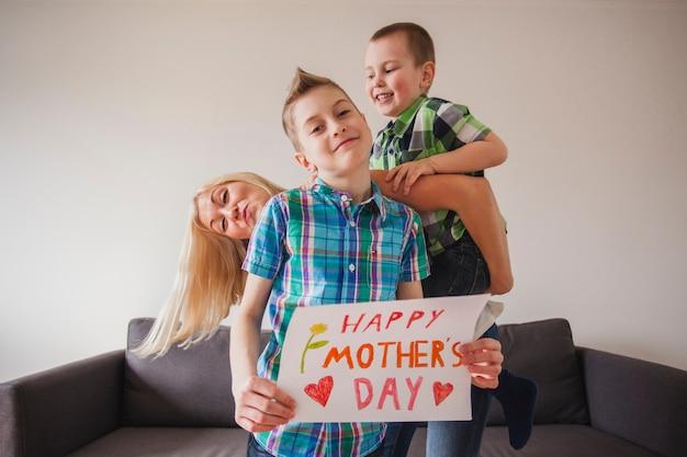 彼女の子供たちと一緒に母の日を祝う女性