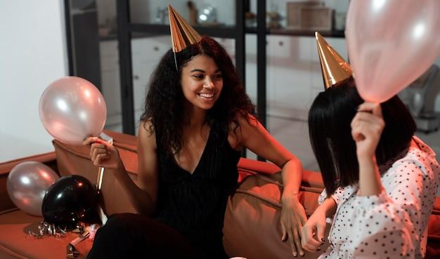 大晦日のパーティーでおしゃべりする女性