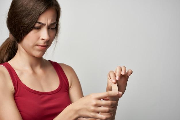 석고 건강 문제 부상으로 여자 부정 행위 손가락