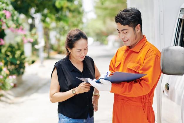 배달 문서를 확인하는 여자