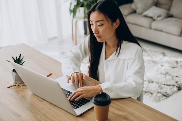 Donna che controlla i grafici sul mercato azionario sul computer