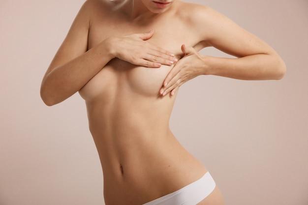 유방암에 대한 그녀의 유방을 확인하는 여자