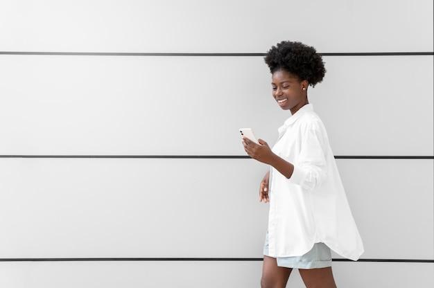 スマートフォンで通知を確認している女性