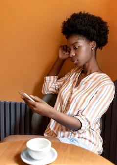 스마트폰에서 알림을 확인하는 여성