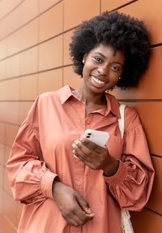 Donna che controlla il suo smartphone per le notifiche
