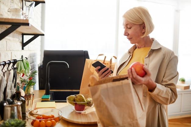 ショッピングの後の製品をチェックする女性