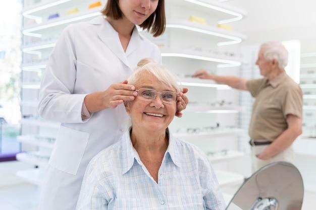 Donna che controlla dei nuovi occhiali