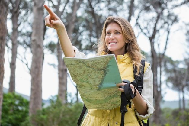 女性が地図をチェック